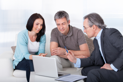 advisor advising shoppers